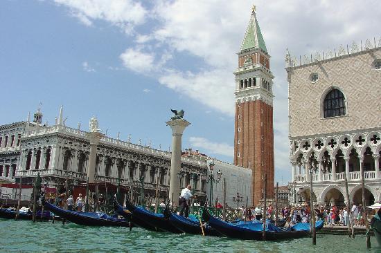 Da Berlusconi a Monti:Gli effetti delle manovre 2010/2011 sulle entrate dei comuni della Provincia di Venezia